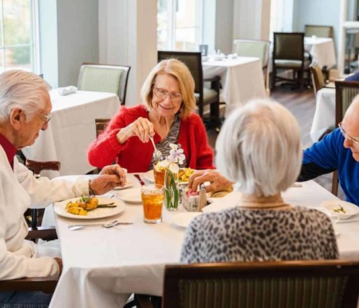 Lake Howard Heights | Seniors eating in dining hall