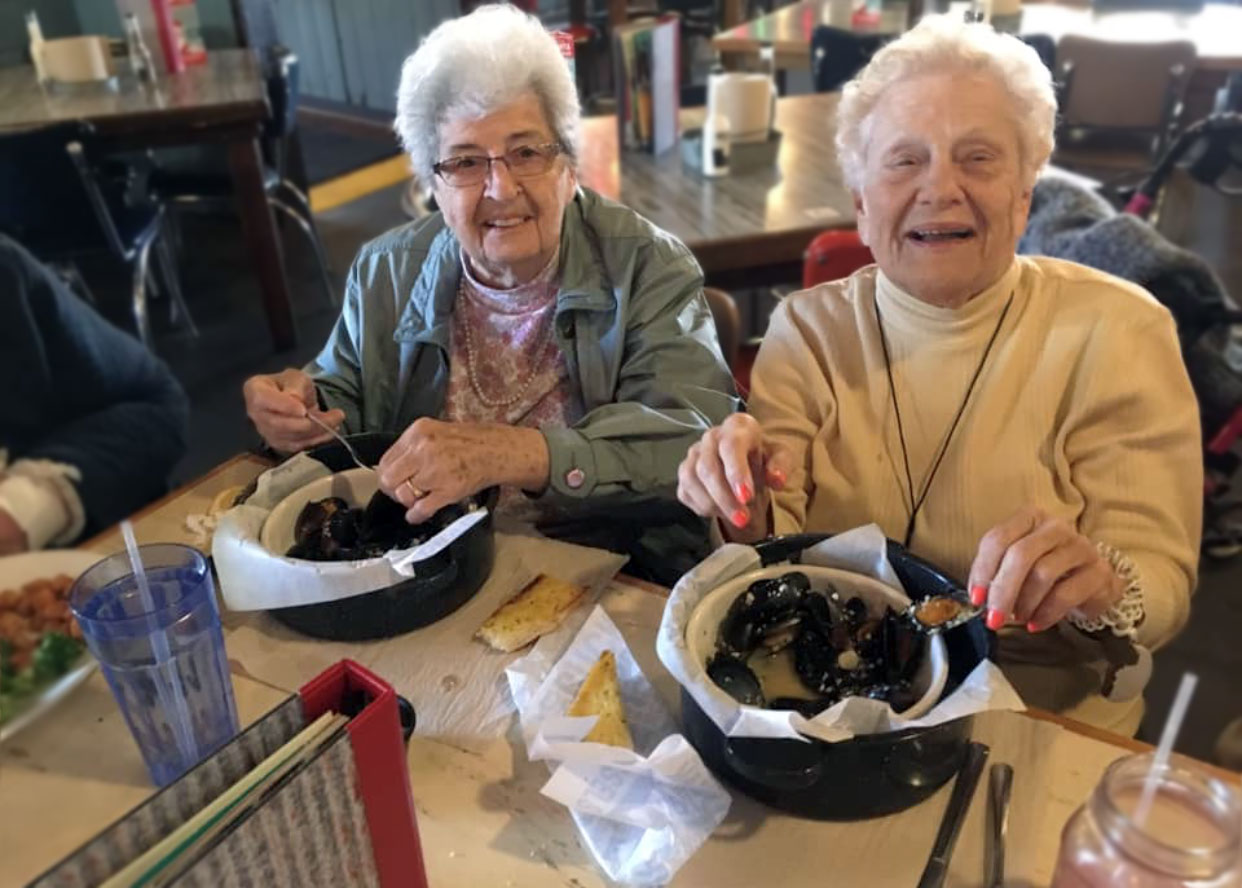 Oakview Park senior residents at restaurant in Greenville SC